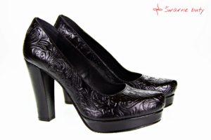 Buty z tłoczonej skóry na słupku. Buty z charakterem dla góralek, które lubią wygodne buty, które nadają styl całemu outfitowi.
