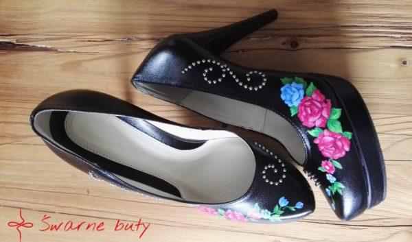 Bestseller Śwarnych Butów, stabilne buty na obcasie malowane ręcznie w kwiatowe wzory.