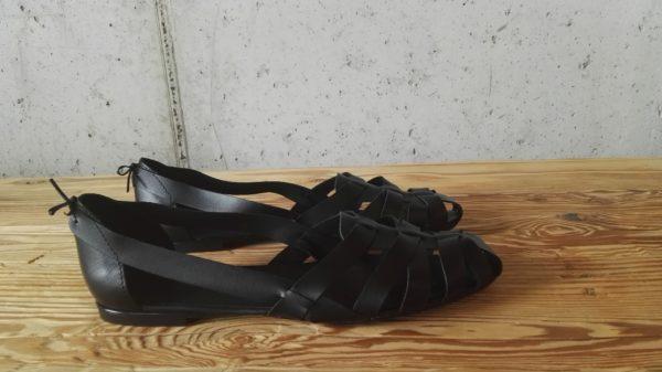 Plecione sandały, wykonane z naturalnej skóry juchtowej (takiej jaka jest używana w kierpcach góralskich). Wygodne, przewiewne i nietuzinkowe. Odważ się wyróżnić w góralskim stylu!