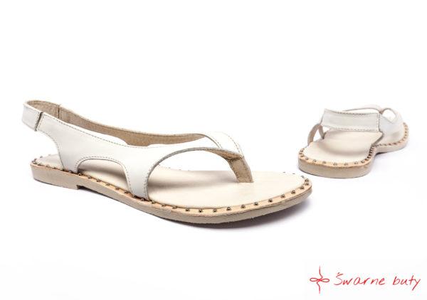 Góralskie sandały białe z ćwiekami na podeszwie