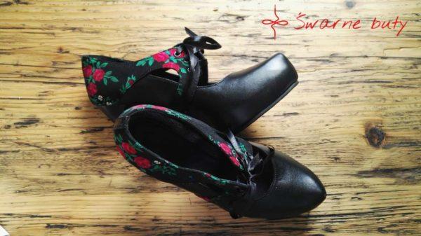Szpilki na imprezę - góralskie buty na obcasie, ozdobione tybytem, wiązane na podbiciu. Propozycja dla wszystkich kobiet kochających folklor.
