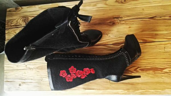 Wiązane szpilki z sukna, ozdobione haftem róży. Kobiece, wygodne i nietuzinkowe - takie są buciki Hrabiny Marki Śwarne Buty.
