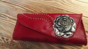 Czerwona torebka z różą