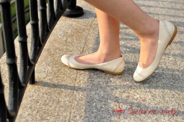 Baleriny ozdobione góralskim ćwiekami, buty na płaskim obcasie