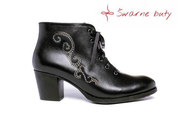 buty sznurowane ozdobione góralskimi ćwiekami