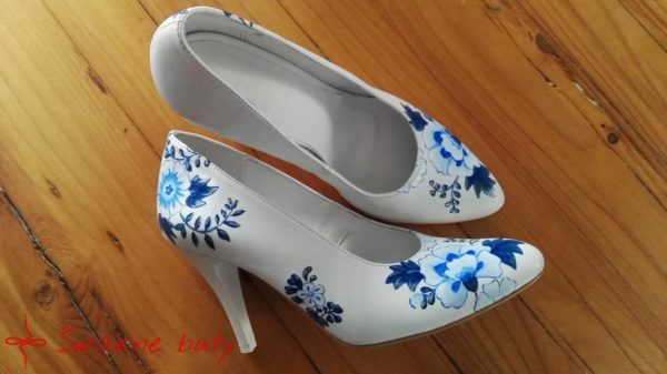malowane szpilki białe w niebieskie kwiaty