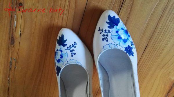 Ślubne szpilki z niebieskimi kwiatami