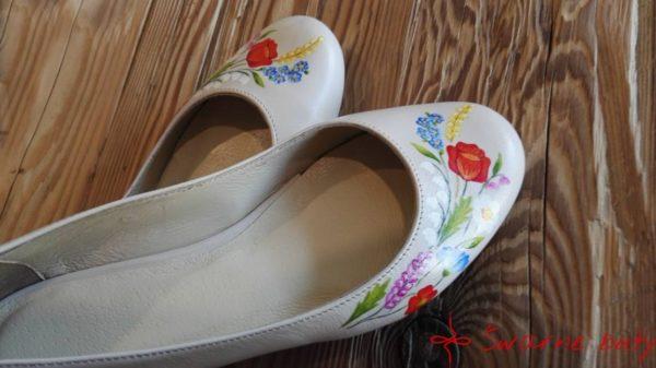 buty z zaokrąglonym noskiem, malowanie bukeit kwiatów z gorsetów górali pienińskich