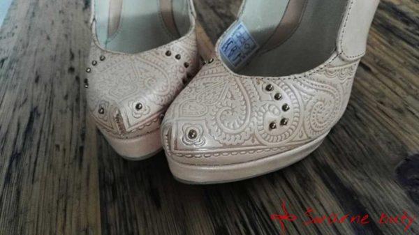 góralskie buty ze skóry juchtowej z tłoczonym wzorem serce