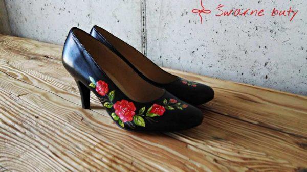 czarne szpilki na niskim obcasie z malowanym ręcznie bukietem róż