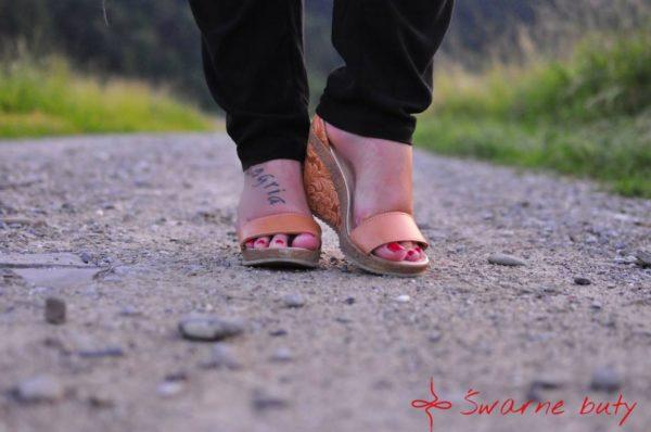 góralskie sandały na koturnie z tłoczonymi wzorami