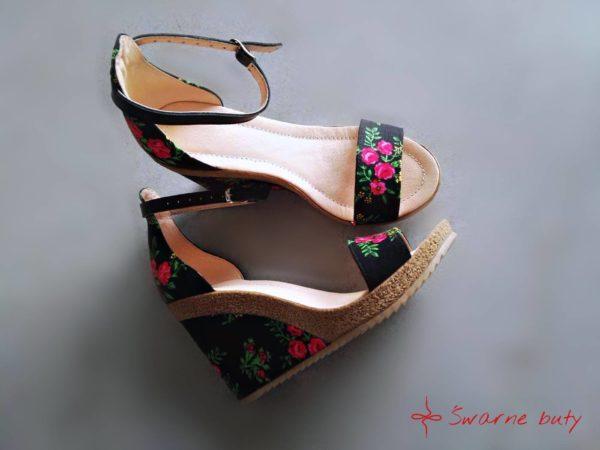 Buty na koturnie z tybetem, zdobione materiałem góralskim z paskiem wokół kostki