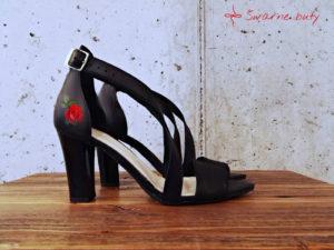 Góralskie buty na słupku z malowanym kwiatem róży z paskami na podbiciu