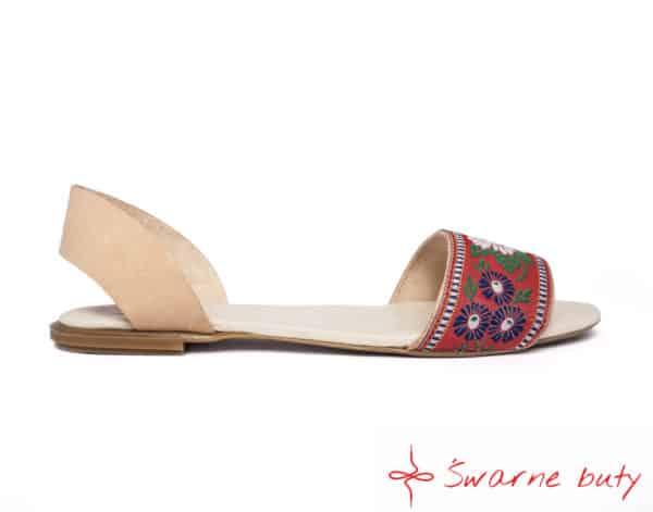 Minimalistyczne sandały w kwiaty